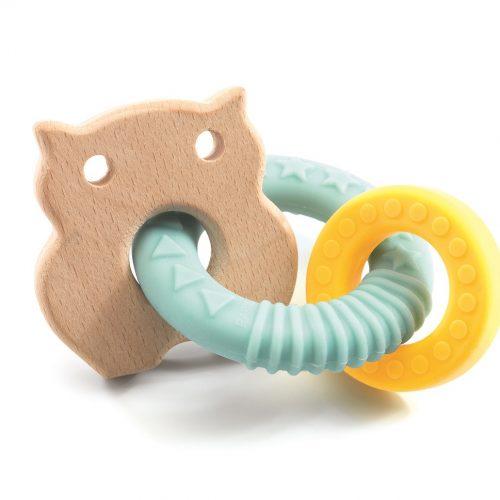 hochet BabyBobi de Djeco hochet en bois qui sert d'anneaux de dentition pour les bébés. Un hibou en bois et deux anneaux en silicone pour apaiser les dents de bébé.